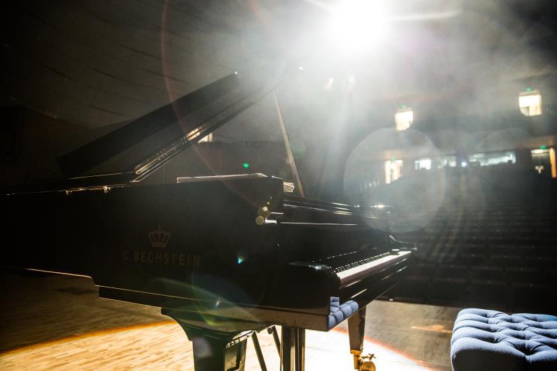 6月23日19:30,贝希斯坦之夜大师的世界杜泰航钢琴独奏音乐会,著名钢琴家杜泰航携手德国贝希斯坦钢琴,把音符变为音乐的力量,在青岛大剧院为青岛的音乐爱好者们带来最感动的视听!    当日,贝希斯坦的另一忠实拥趸金星老师在青岛大剧院演出,杜泰航老师和金星老师的精彩演出让当晚的青岛格外富有魅力!值得一提的是,金星老师家里使用的钢琴是德国贝希斯坦三角钢琴B160。    杜泰航老师对音乐的理解不拘泥于某一种表现,尽情在音乐中展现自由与自我,把音乐的灵魂与黑白键融为一体。杜泰航老师认为音乐与生活是